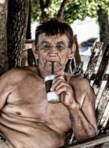 Entspannt Mate trinken.