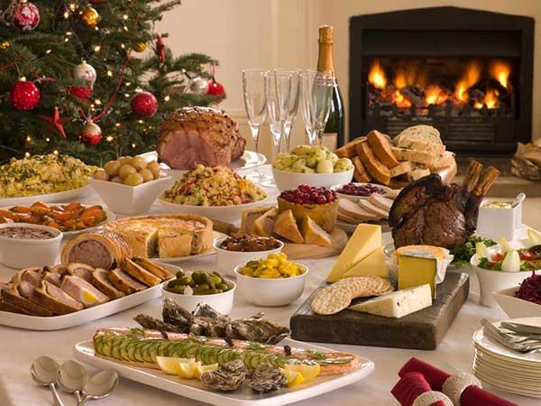 Viel zu viel Essen essen [Bild:© monkeybusiness/depositphotos.com]
